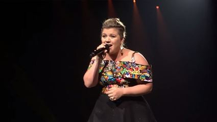 Kelly Clarkson Covers Rihanna 'Stay'