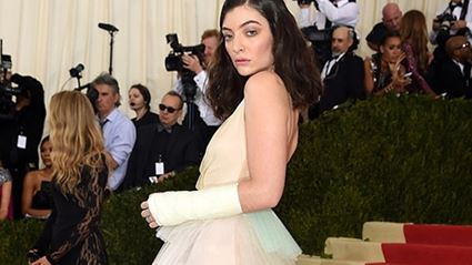 Lorde Finds A Positve In Having A Broken Arm At Met Gala